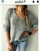 Szary sweterek fioletowa bluzka