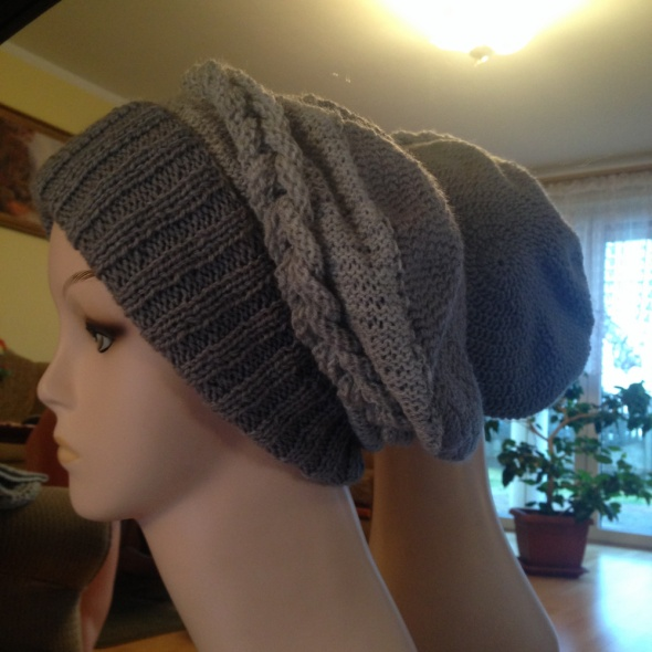 Szary beret z warkoczem na drutach