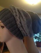 Szary beret z warkoczem na drutach...