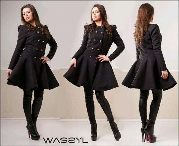 Czarny rozkloszowany płaszcz...