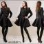 Czarny rozkloszowany płaszcz