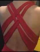 Czerwona sukienka z seksownymi plecami