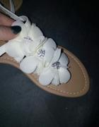 Białe zdobione sandałki nowe