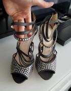 Sandały na szpilce z paseczkami i ćwiekami