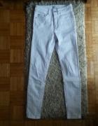 białe rurki ASOS...