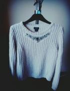 pudrowy sweterek ozdoby