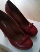 czerwone buty na słupku