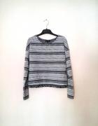 Krótki wzorzysty sweterek z długim rękawem