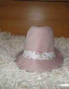 Śliczny różowy kapelusik