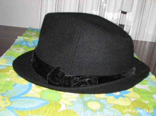 czarny kapelusz jesienny Terranova