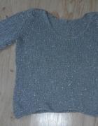 Szary sweterek ze srebrną nitką