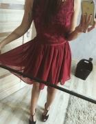 Burgudowa sukienka z koronki wycięcia na plecach