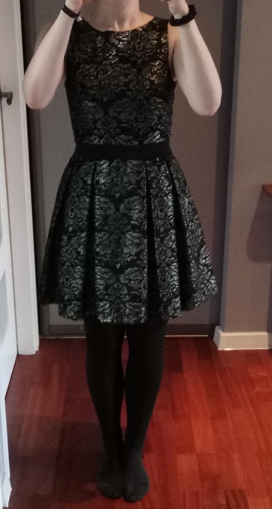 Suknie i sukienki Sukienka rozkloszowana czarna ze złotym wzorem 38