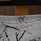 Piękna biała spódnica z czarnymi wzorami