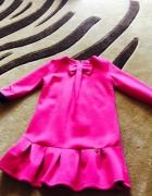 Różowa sukienka z falbanką wzór la mania