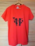 czerwona koszulka z nadrukiem DIY zakochana para