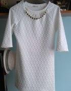 biała sukienka z ozdobnym łańcuszkiem