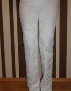 białe wizytowe spodnie
