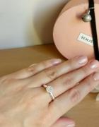 Wyjątkowy pierścionek z cyrkoniami...