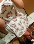 Sukienka w kwiatki z kokardą na plecach