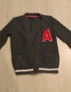 szary sweterek z literką A