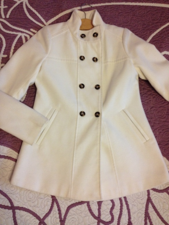 Krótki płaszcz w kremowym kolorze...