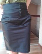 czarna spódnica z podwyższonym stanem