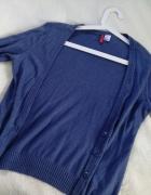 Granatowy sweter z łatami na łokciach