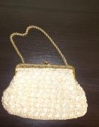Mała beżowa torebka na łańcuszku