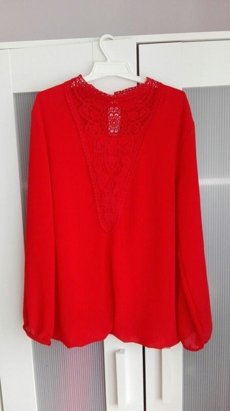Czerwona koszula z koronką