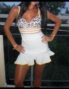 Śliczna sukienka biała asymetryczna falbany cekiny