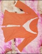 Pomarańczowa bluzka połączona z białym t shirtem...