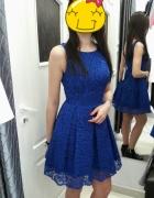 Kobaltowa sukienka koronka