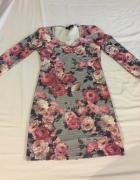 Sukienka w kwiaty z rękawem na trzy czwarte