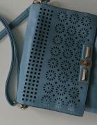 torebka błękitna kwadratowa na pasku idealna