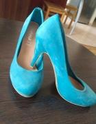 Zamszowe buty na obcasie...