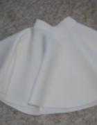 biała rozkloszowana spódniczka