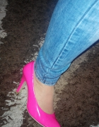 Neonowe różowe szpilki lakierowane