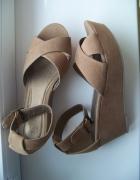 New Yorker zamszowe sandały na platformie karmel...