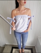 Błękitna bluzka off shoulder odkryte ramiona