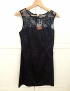 Czarna sukienka Stradivarius...