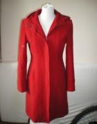 Czerwony płaszcz z kapturem...