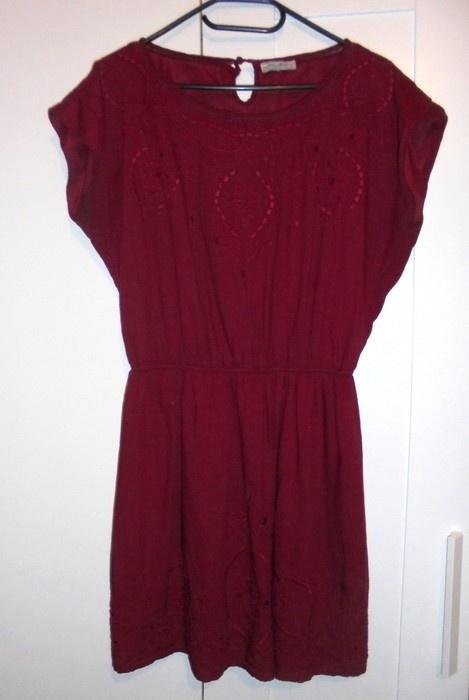 Suknie i sukienki Bordowa sukienka haft Pull & Bear