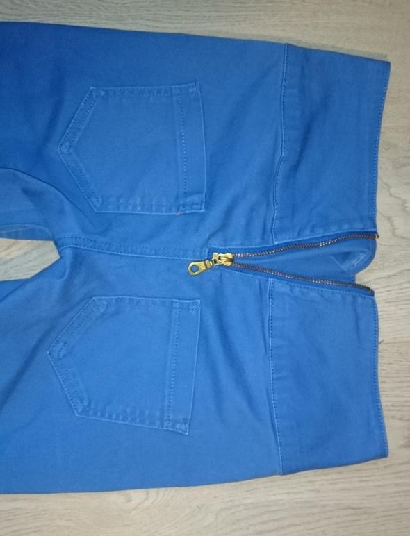 Niebieskie spodnie rurki zamek z tyłu...