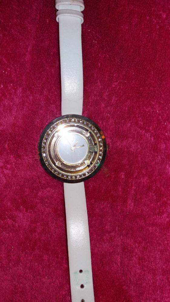 Zegarki elegancki zegarek ze złotą tarczą na białym pasku