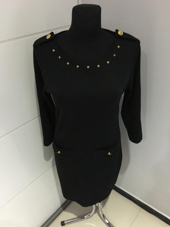 Czarna elegancka sukienka ze złotymi guzikami...