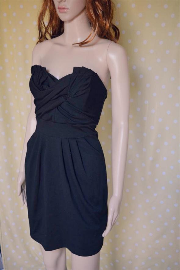 Kremowa sukienka koronkowa