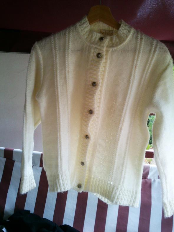 Śliczny wełniany beżowy sweterek