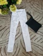 Spodnie rurki z dziurami