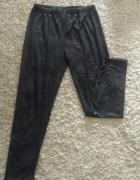 Czarne błyszczące legginsy